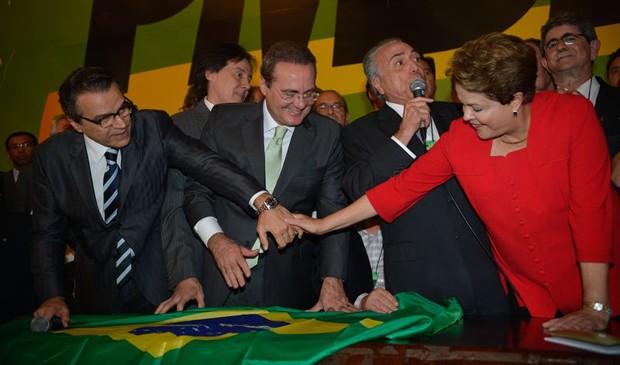 Dilma Rousseff cumprimenta o presidente da Câmara, Henrique Alves, ao lado de Michel Temer e Renan Calheiros durante a convenção do PMDB (Foto: Fabio Rodrigues Pozzebom/ABr)