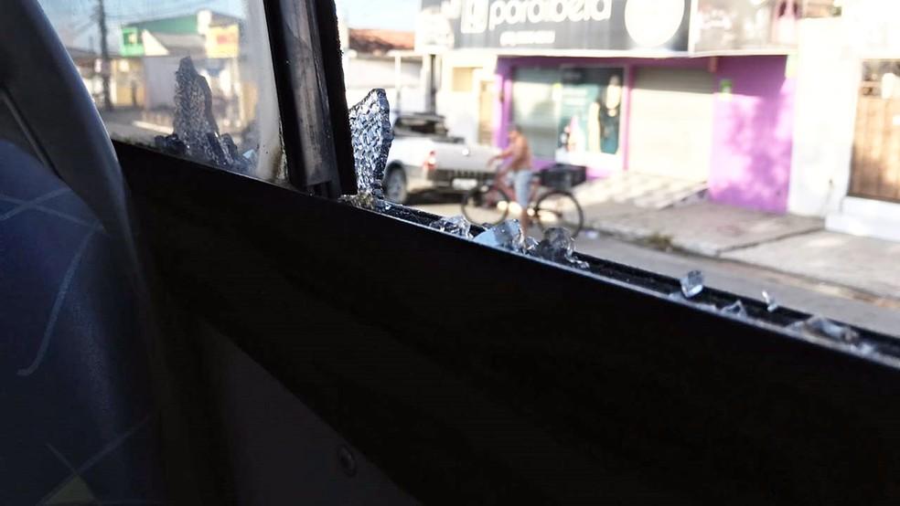 Um dos tiros disparados pelos suspeitos quebrou uma das janelas no ônibus que seguia por Mangabeira, em João Pessoa (Foto: Walter Paparazzo/G1)