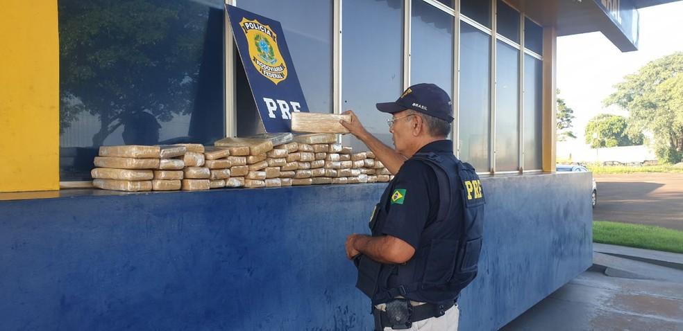 Dois jovens são presos com mais de 70 tabletes de maconha dentro de carro, na BR-277 — Foto: Divulgação/PRF