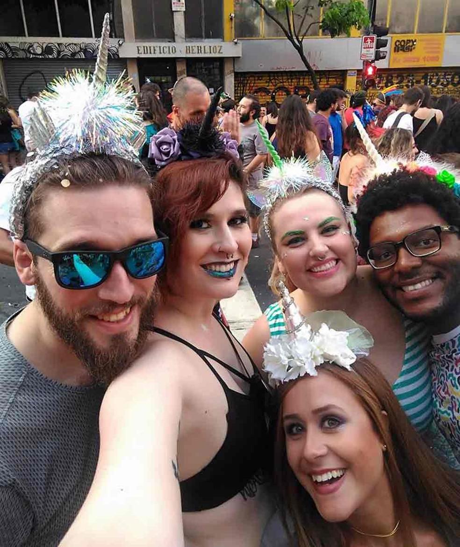 fb1b34906 ... Fernanda Hartmann (de blusa verde) com grupo de amigos fantasiados com  tiara de unicórnio