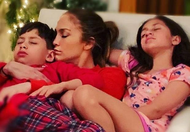 Jennifer Lopez com os filhos, Max e Emma (Foto: Reprodução/Instagram)