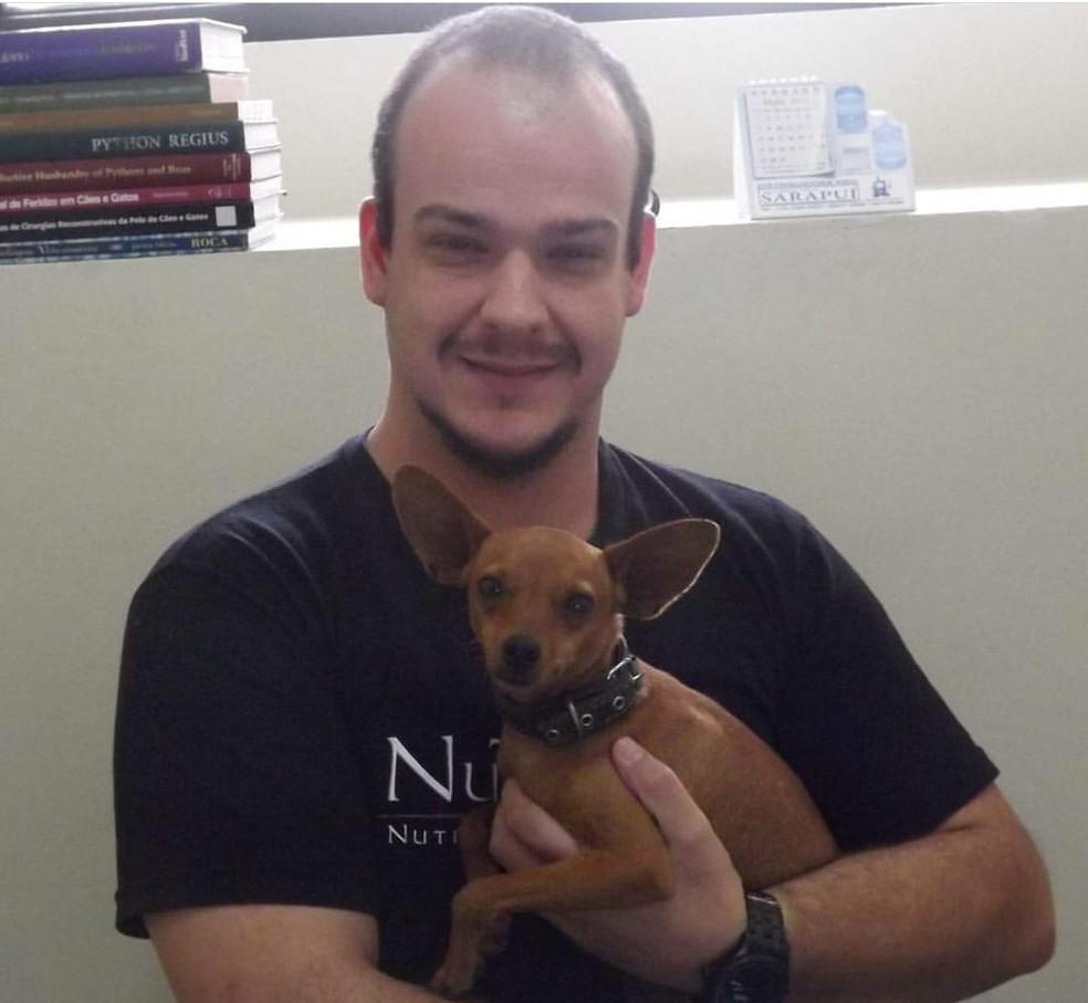 Médico veterinário Enore Augusto Massoni com o seu cão Bacon — Foto: Enore Augusto Massoni/Divulgação