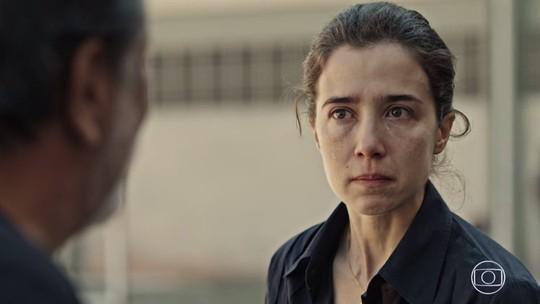 Carolina visita o pai na cadeia e descobre segredo sobre a mãe
