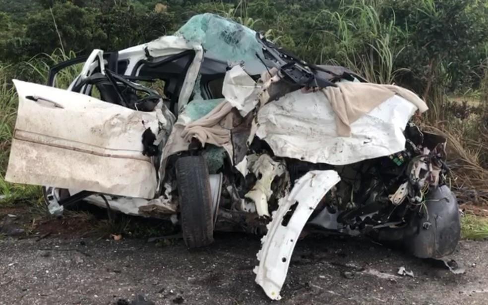 Um dos veículos ficou completamente destruído, em Cocalzinho de Goiás (Foto: TV Anhanguera/Luciano Rodrigues)