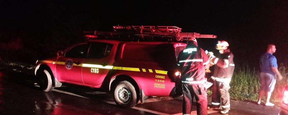 Acidente foi na BR-135 na noite dessa terça-feira (10) — Foto: Corpo de Bombeiros/Divulgação