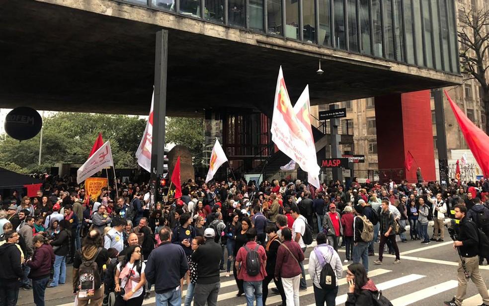 Manifestantes se reúnem no vão do Masp — Foto: Patrícia Figueiredo/G1