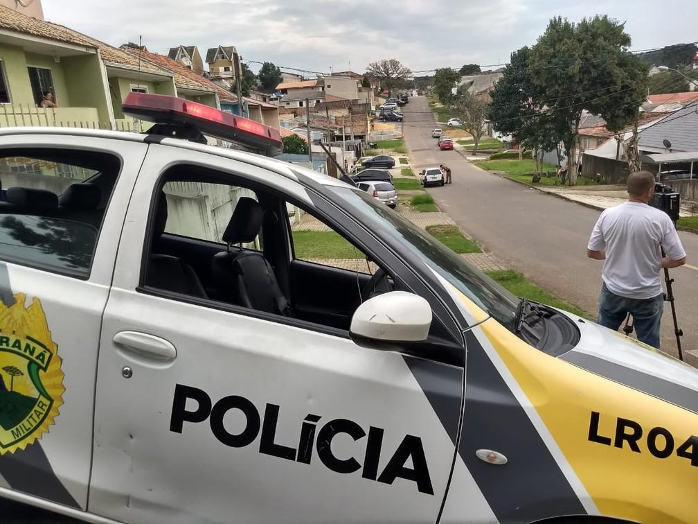 Pai mantém filho de 3 anos refém em casa neste sábado (27), no bairro Santa Cândida, em Curitiba — Foto: Wilson Kirsche/RPC