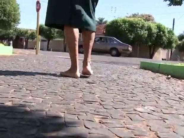 Moradora de Turiúba paga promessa por cura de problema nas pernas (Foto: Reprodução/ TV TEM)