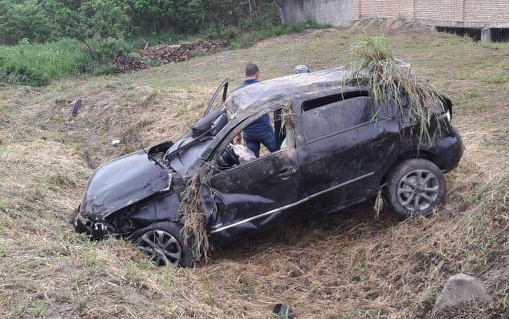 Jovem de 22 anos morreu e adolescente de 17 anos ficou ferido após capotamento no sul da Bahia — Foto: Radar 64
