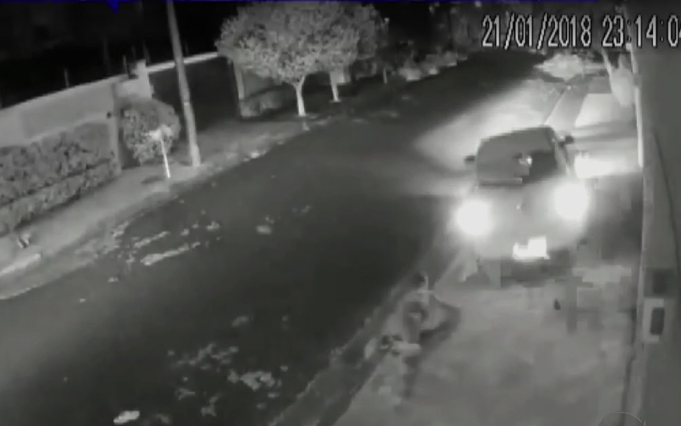 Ladrão foi atropelado pelo carro da vítima no bairro City Ribeirão, em Ribeirão Preto, SP (Foto: Reprodução/Câmeras de segurança)