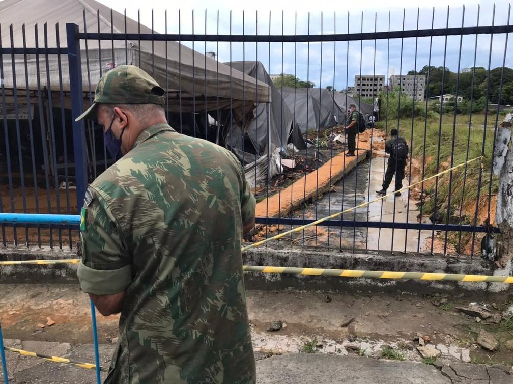 Muro em que ficam abrigados imigrantes caiu com a força da enxurrada em Manaus — Foto: Jucélio Paiva/G1