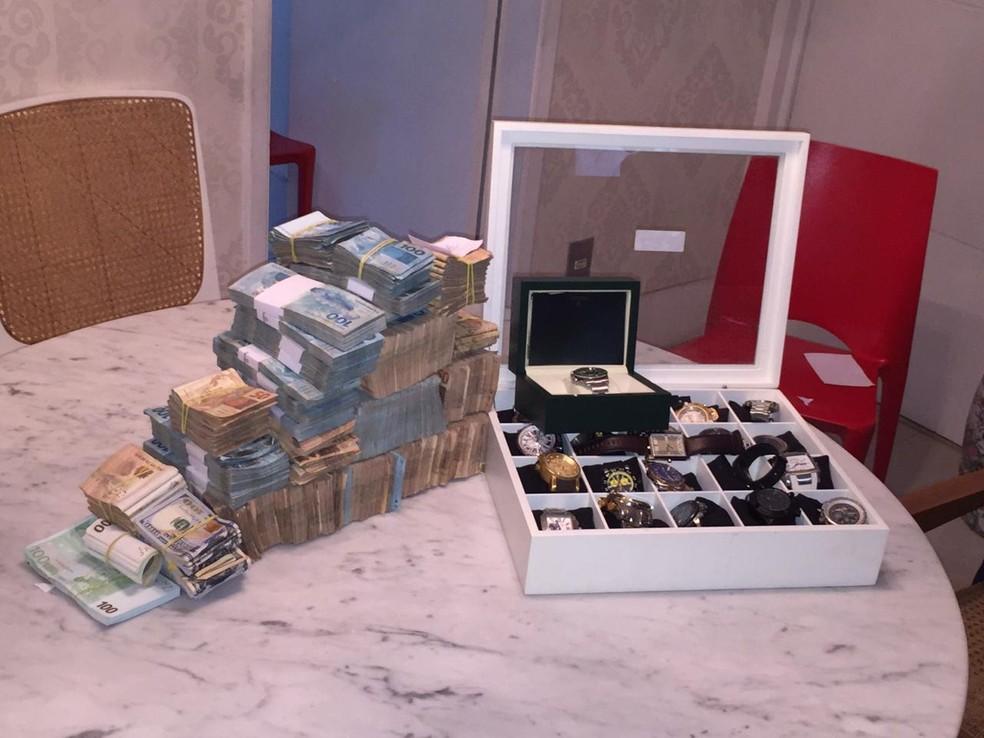 Joias e dinheiro apreendidos em um dos endereços da Operação Furna da Onça — Foto: Reprodução/PF