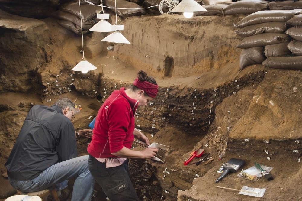 Arqueólogos dentro da caverna Blombos, onde encontraram o desenho pela primeira vez (Foto: Magnus M. Haaland)