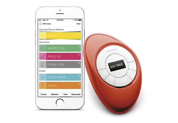 Em casa, utilize o controle remoto e, caso deseje movimentar as cortinas a distância, utilize um smartphone ou tablet (Foto: Divulgação)