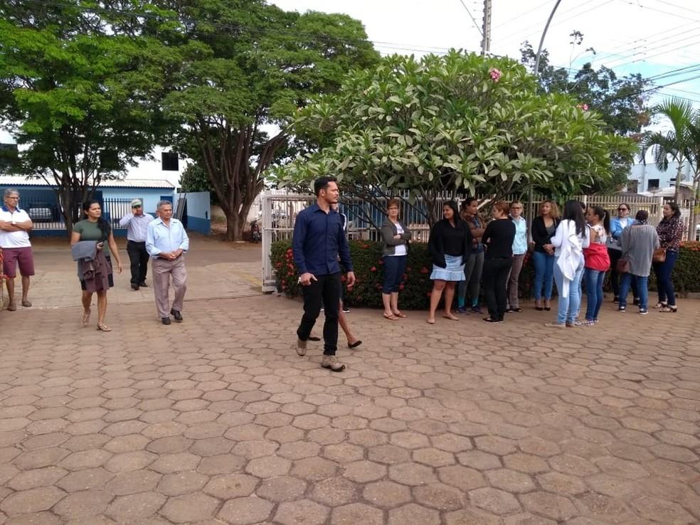 Ismael (ao centro da foto) chega para o júri em Cerejeiras.  (Foto: Eliete Marques/G1)