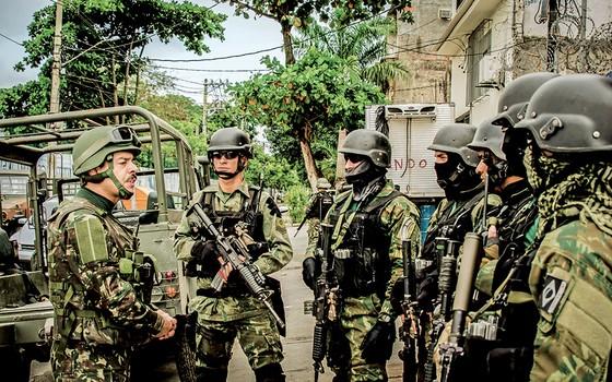 Falante com seus soldados, o general Richard Nunes vai a campo. Aos  jornalistas, foi quase monossilábico (Foto: Exército Brasileiro – Centro De Comunicação Social Do Exército)