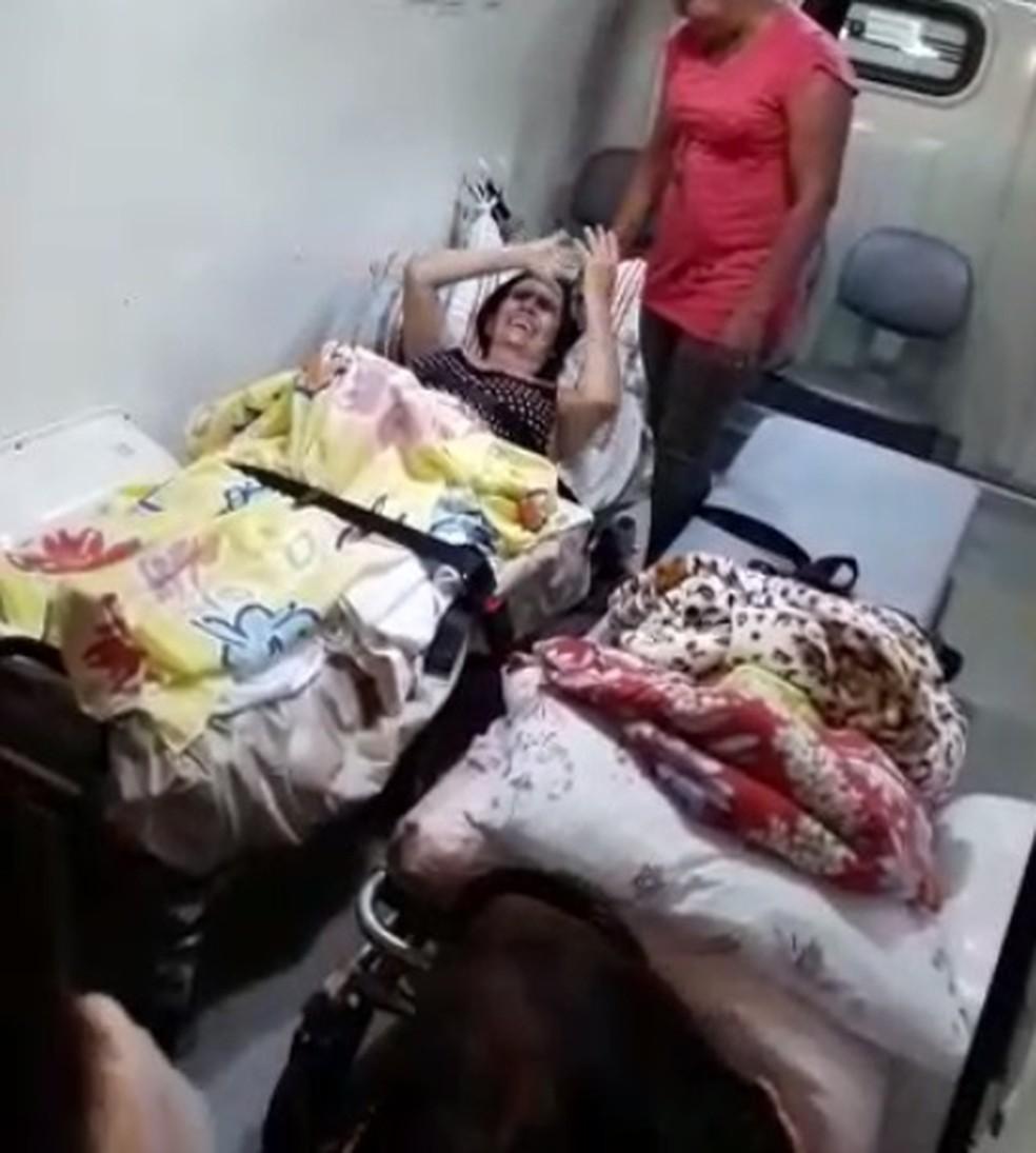 Eliane ao chegar de ambulância em casa, em Buritama — Foto: Reprodução