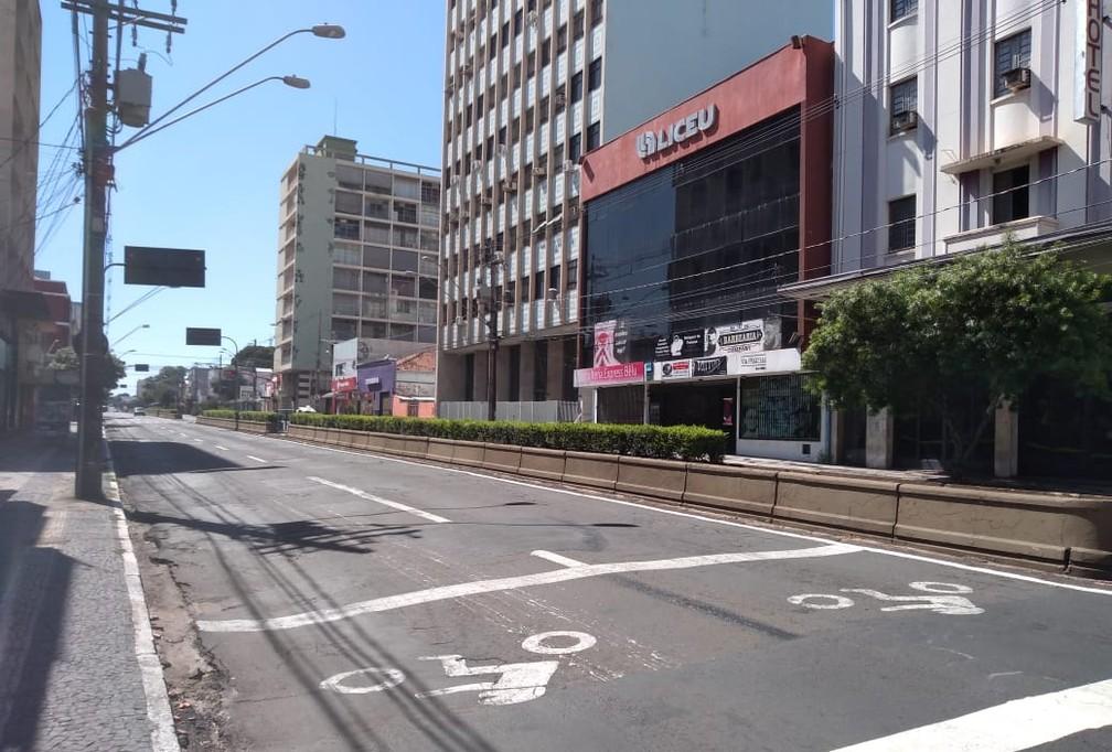BAURU (SP) - A avenida Rodrigues Alves, no centro de Bauru, uma das mais movimentadas da cidade completamente vazia nesta quinta-feira (26) — Foto: Fernanda Ubaid / TV TEM