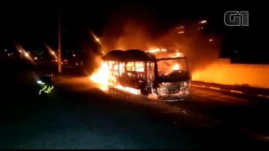 Homens encapuzados incendeiam ônibus do transporte coletivo de Toledo