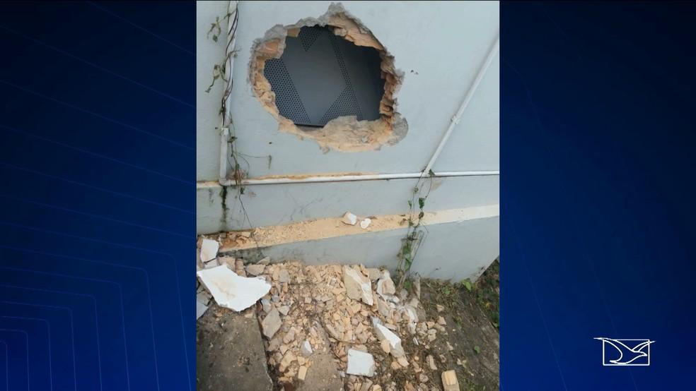 Bandidos fizeram buraco aos fundos da agência bancária em Santa Luzia do Tide (MA) (Foto: Reprodução / TV Mirante)