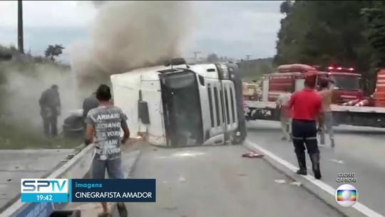 Caminhão carregado de doces tomba sobre carro e mata duas crianças em SP