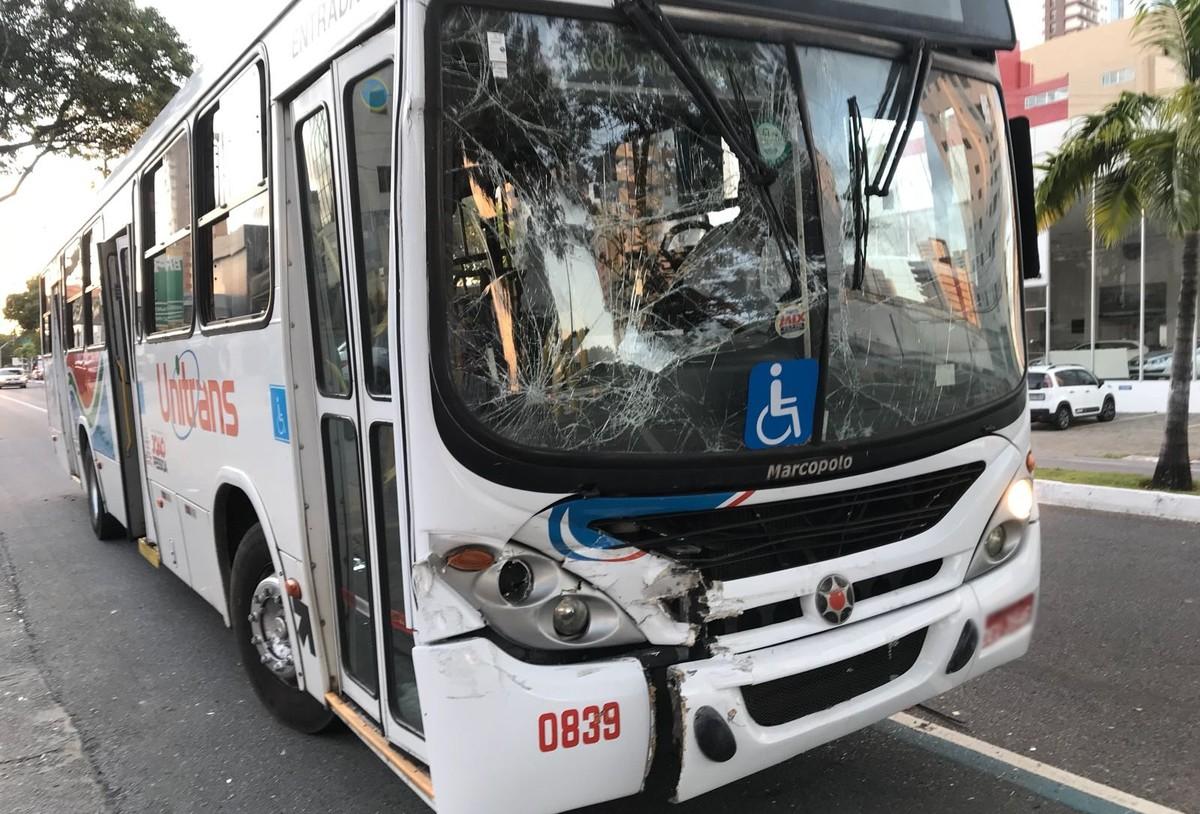 Engavetamento envolvendo três ônibus deixa feridos em João Pessoa