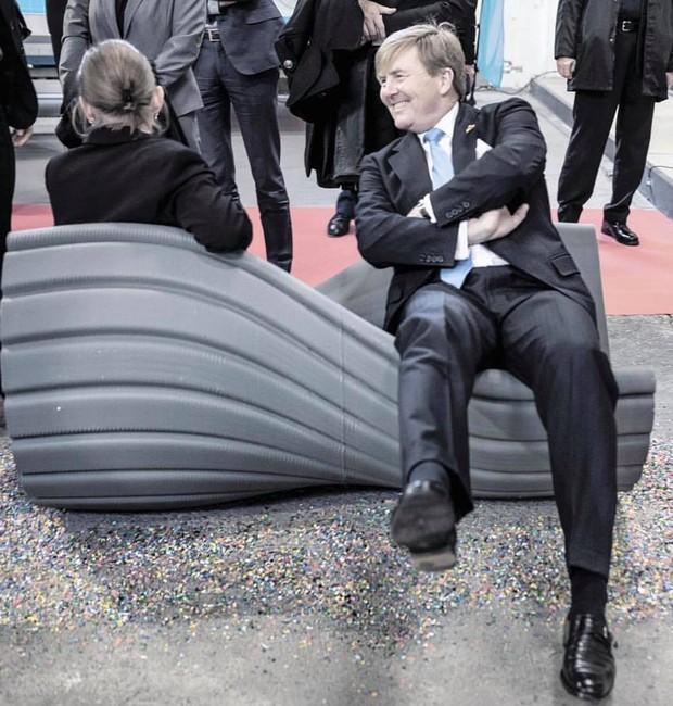 O rei  da Holanda Guilherme Alexandre sentado em uma das peças feitas com resíduos plásticos pelo estúdio (Foto: Instagram / Frank van Beek / the_new_raw)