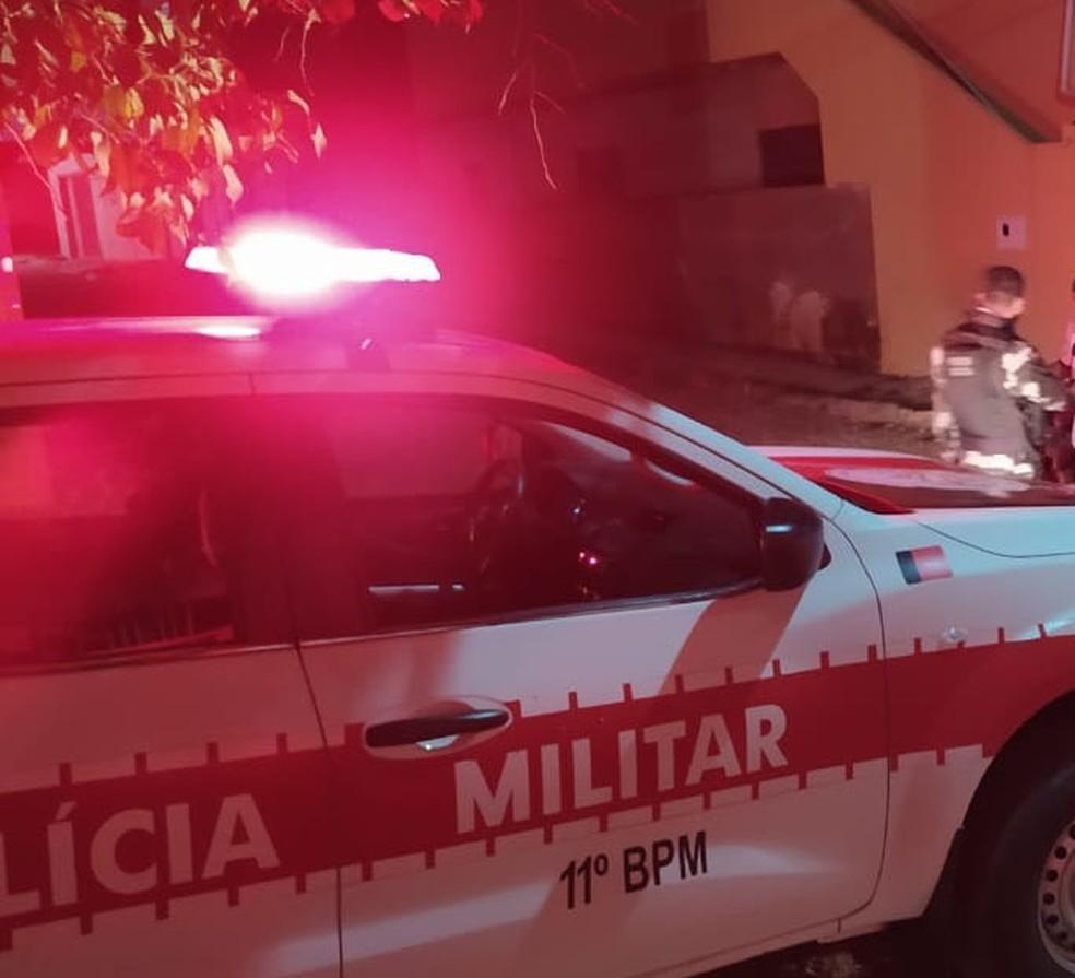 PM descobriu na delegacia de Monteiro, PB, que suspeito de golpe tinha mandado de prisão em aberto por participar da morte do prefeito de Granjeiro, no CE — Foto: Divulgação/PMPB