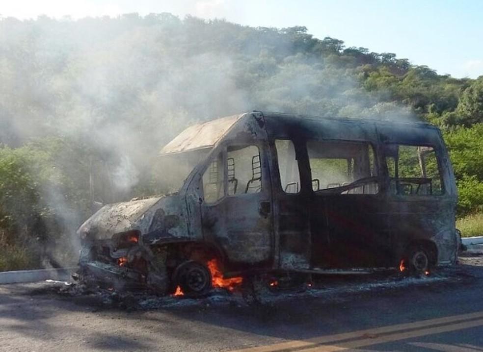 Com a batida, van pegou fogo (Foto: Jean Souza)
