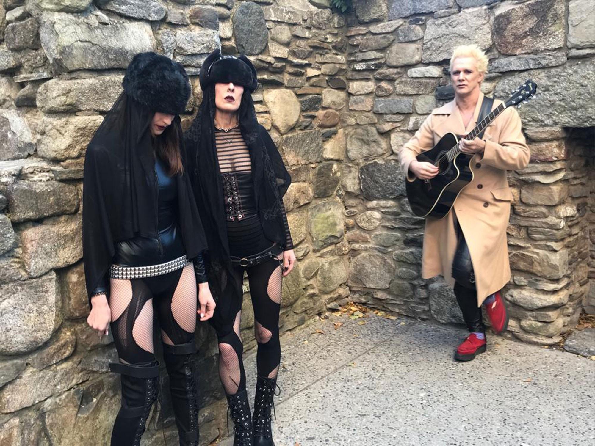 Supla faz clipe em cemitério de Nova York com 'freiras russas': 'Todo mundo quer ser aceito'