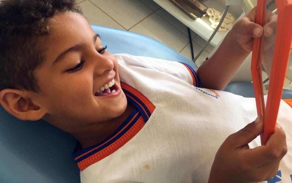 Ryan quando se olhou pela primeira vez no espelho com a prótese, em 2016 — Foto: Amanda Mattos/Arquivo pessoal