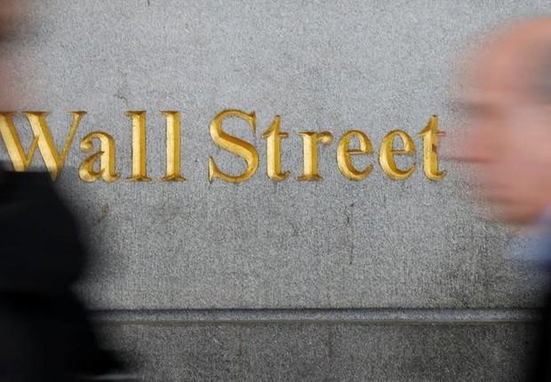 Pedestres caminham em Wall Street, perto da Bolsa de Valores de Nova York - mercado - turbulência - instabilidade -volatilidade (Foto: Shannon Stapleton/Reuters)