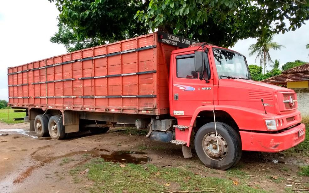 Grupo usava caminhão para praticar roubos (Foto: Rafael Vedra/Liberdadenews.com.br)