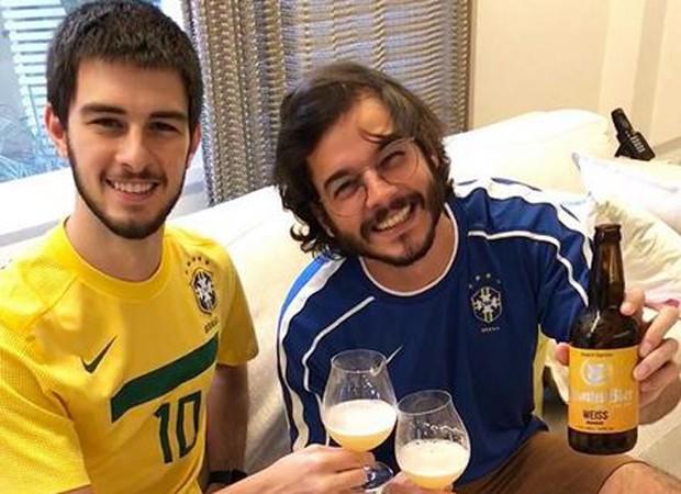 Túlio toma uam cerveja com filho de Fátima Bernardes (Foto: Reprodução/Instagram)