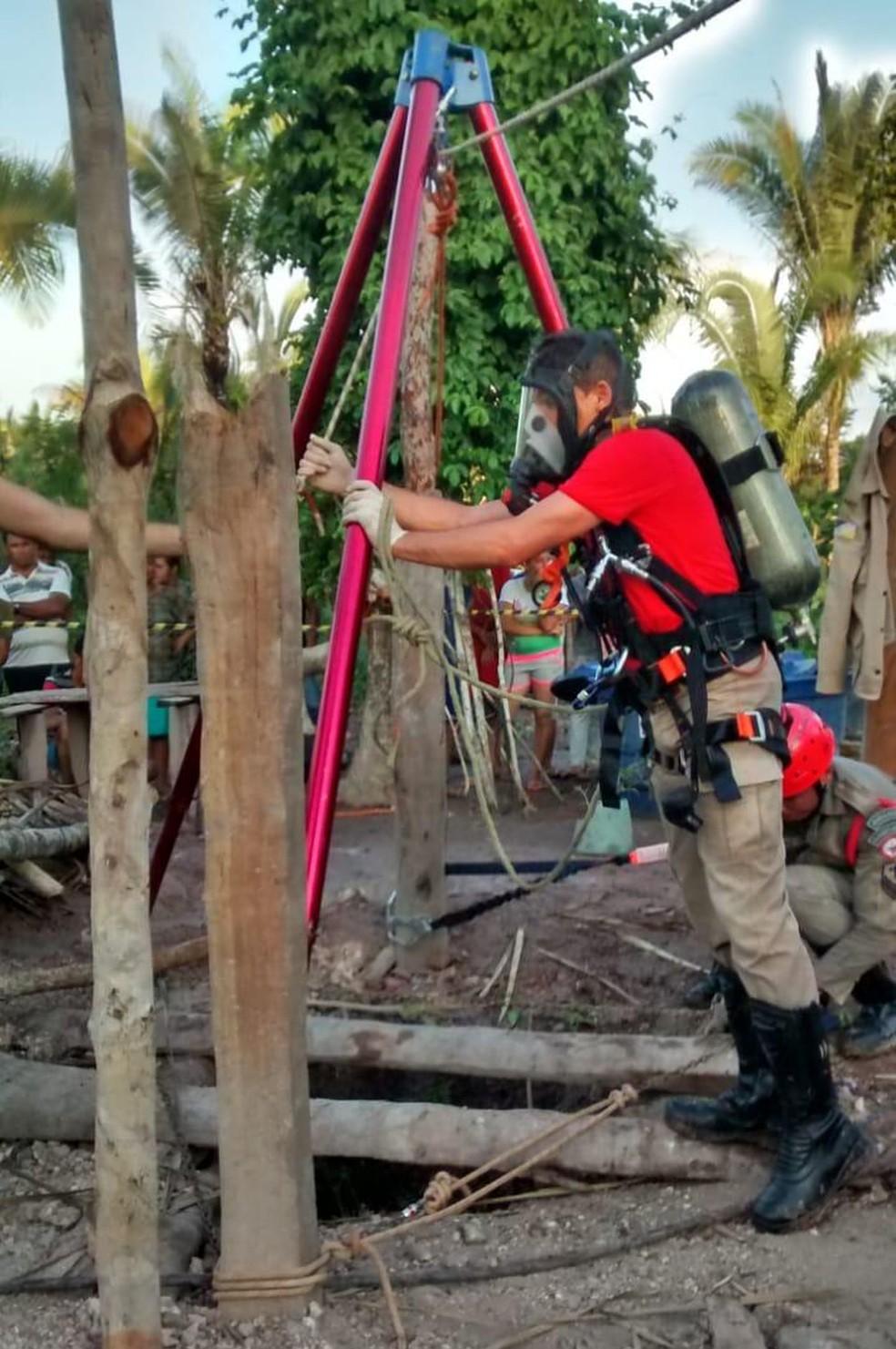 Militar usou máscara de oxigênio para retirar corpos de poço — Foto: Divulgação/Bombeiros