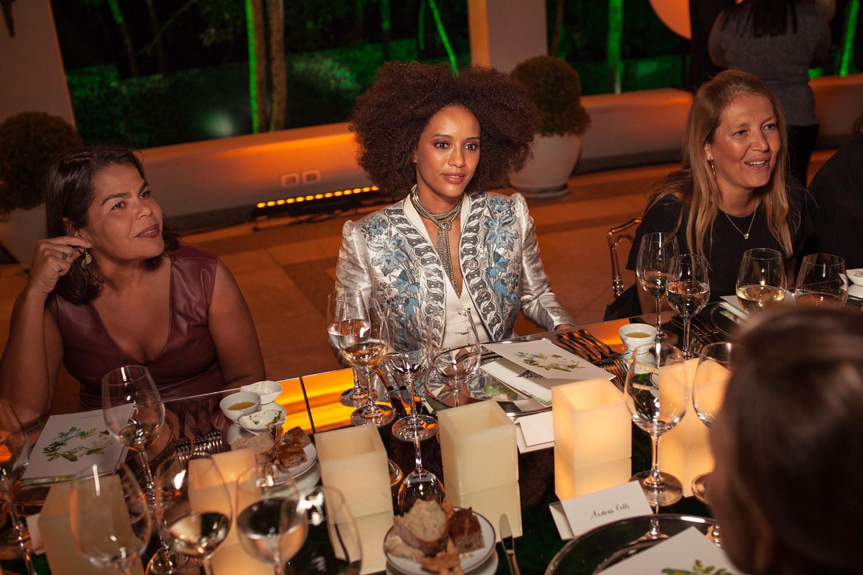 Taís no jantar da Louis Vuitton ao lado de Daniela Falcão, diretora-geral da EGCN, e Donata Meirelles, diretora de estilo de Vogue (Foto: Marcelo Salvador)