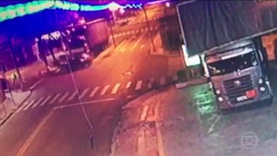5 jovens morrem após carro bater em caminhão em Guarulhos