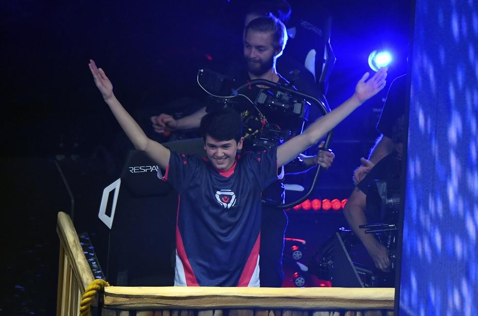 Bugha levanta os braços ao perceber que ganhou a Copa do Mundo de Fortnite de 2019 — Foto: AFP