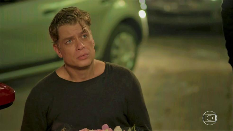 Arthur (Fábio Assunção) se declara para Eliza (Marina Ruy Barbosa) — Foto: TV Globo