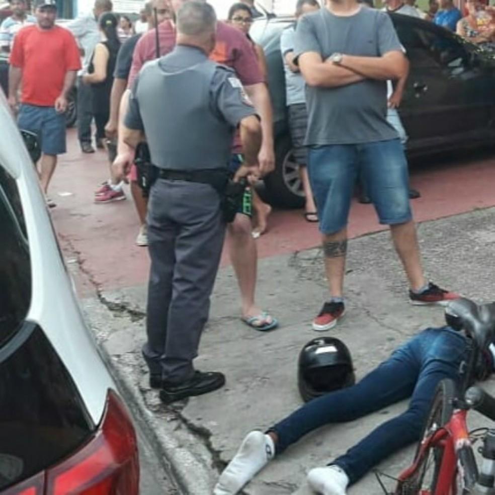 Homem foi agredido por populares ao derrubar arma durante assalto no Galo Branco em São José — Foto: Reprodução/ Ocorrências 24 horas - Portinari
