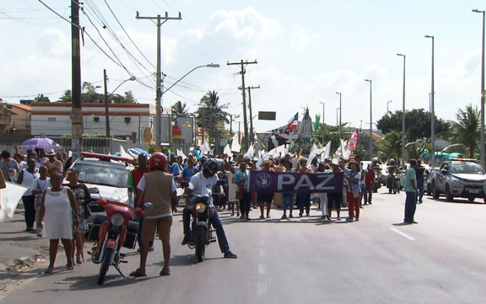 Centenas de fiéis participaram da caminhada  (Foto: Reprodução/TV Bahia)