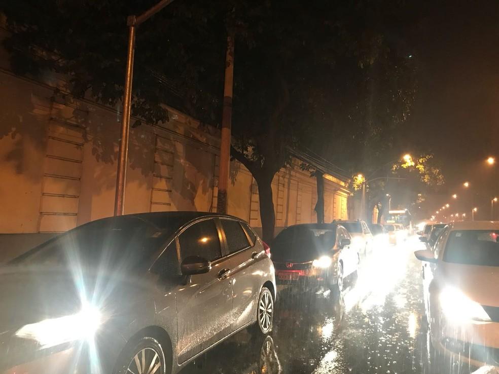 Trânsito lento e chuva no Jardim Botânico — Foto: Henrique Coelho/G1