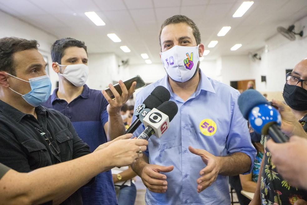 O candidato do PSOL à Prefeitura de São Paulo, Guilherme Boulos, se encontra com um grupo de mulheres da periferia em Itaquera, na Zona Leste da capital paulista. — Foto: TIAGO QUEIROZ/ESTADÃO CONTEÚDO