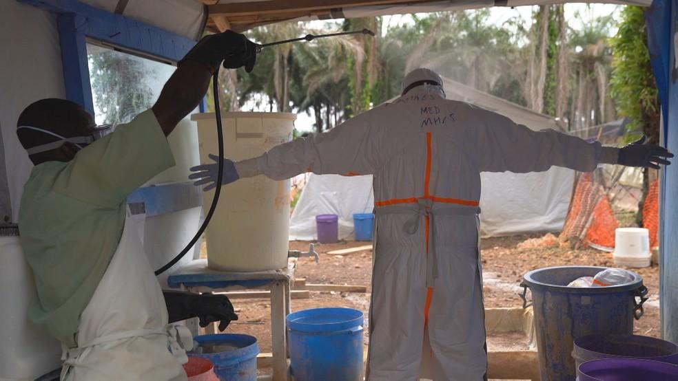 Profissional da saúde passa por processo de descontaminação em centro de triagem — Foto: Reprodução/TV Globo