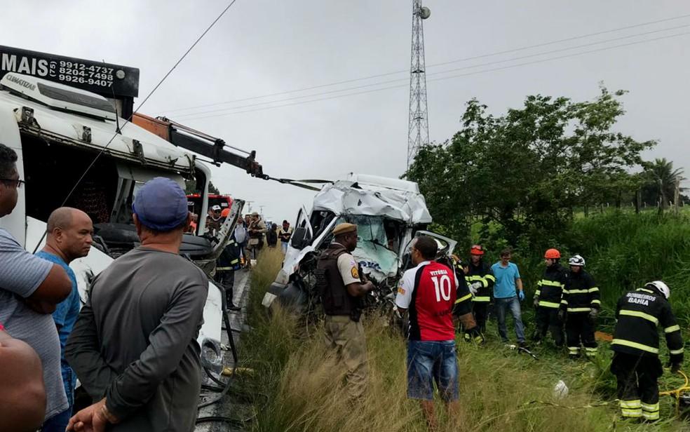 Frente de van que bateu com carreta em rodovia da Bahia ficou destruída após acidente nesta quinta-feira (20) — Foto: Alice Ribeiro/TV Subaé