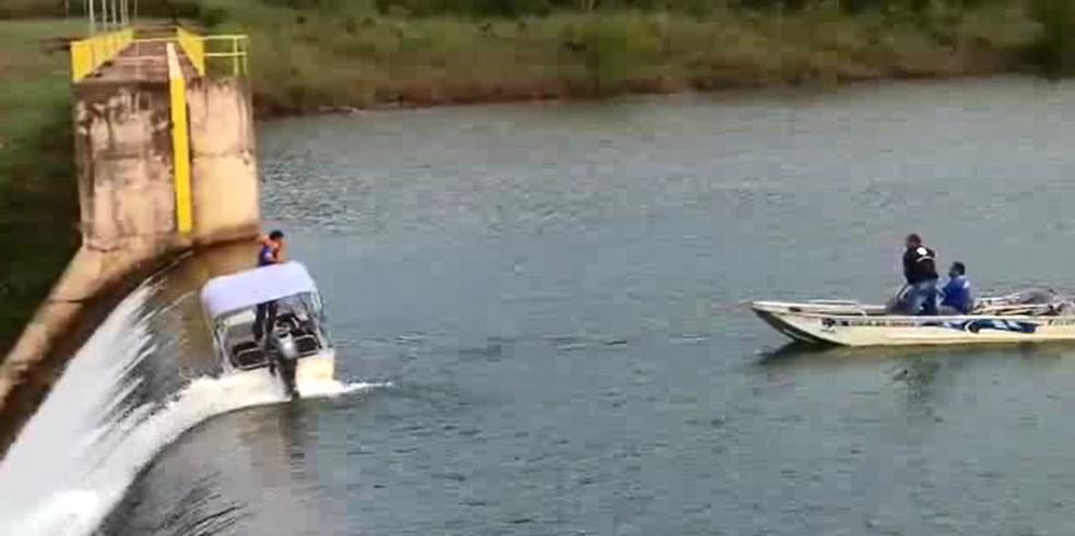 Barco preso na correnteza da Barragem do Descoberto — Foto: Arquivo pessoal