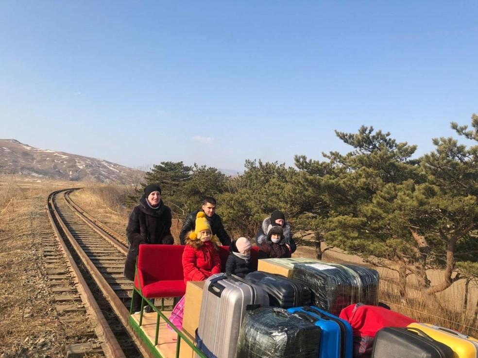 Russos deixam a Coreia do Norte em carrinho ferroviário — Foto: Ministério das Relações Exteriores da Rússia / AFP
