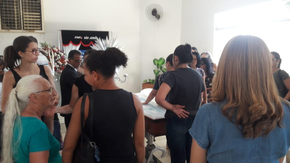 Corpo da vítima estava sendo velado desde a madrugada desta sexta-feira (19).  — Foto: Rinaldo Moreira/G1
