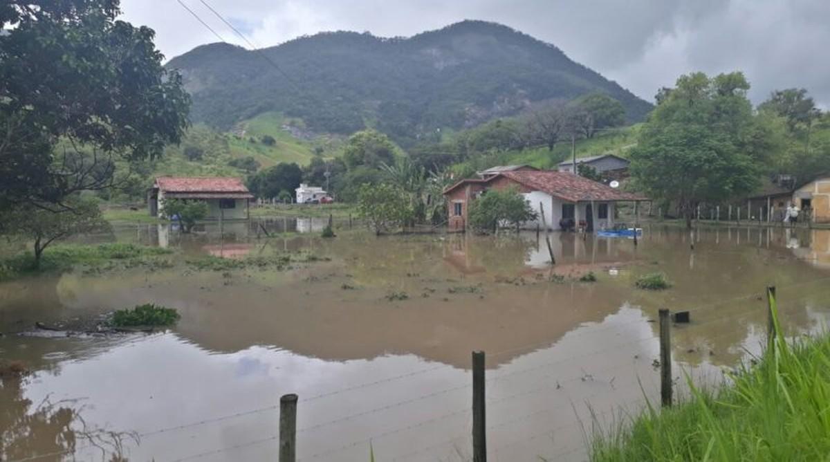 Chuva forte causa alagamentos e transbordo de rio em Maricá, no RJ