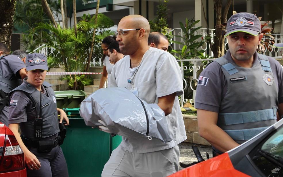 Menina foi achada em um saco, dentro de lata de lixo em Santos, SP (Foto: Nirley Sena/A Tribuna Santos)